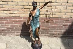 bronzen  staande Justitia