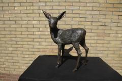 bronzen staand hertje